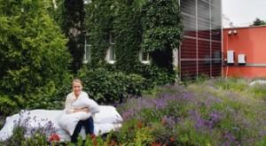 Michaela Reitterer im Lavendelfeld auf dem Flachdach ihres Hotels / Foto: Peter Rigaud für National Geographic