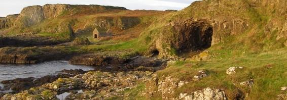 Höhle an der Ostküste von Rathlin Island, der größten Insel Nordirlands, aufgenommen am 17. September 2011
